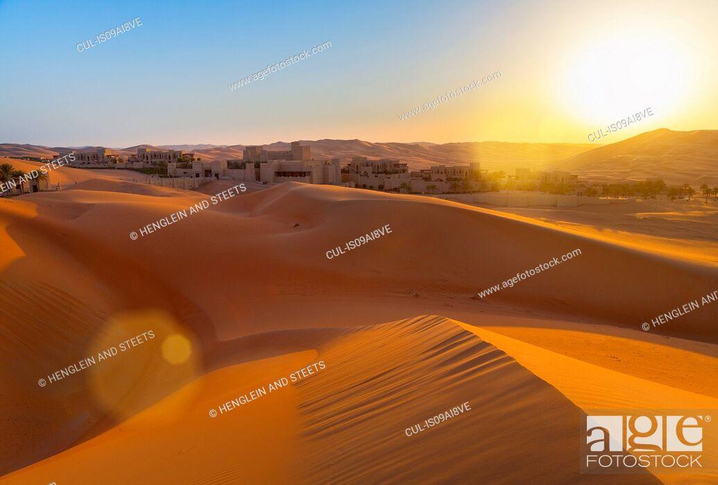 Imagen: Rub al-Khali desert, empty quarter, Liwa desert, Qasr Al Sarab Desert Resort, United Arab Emirates.