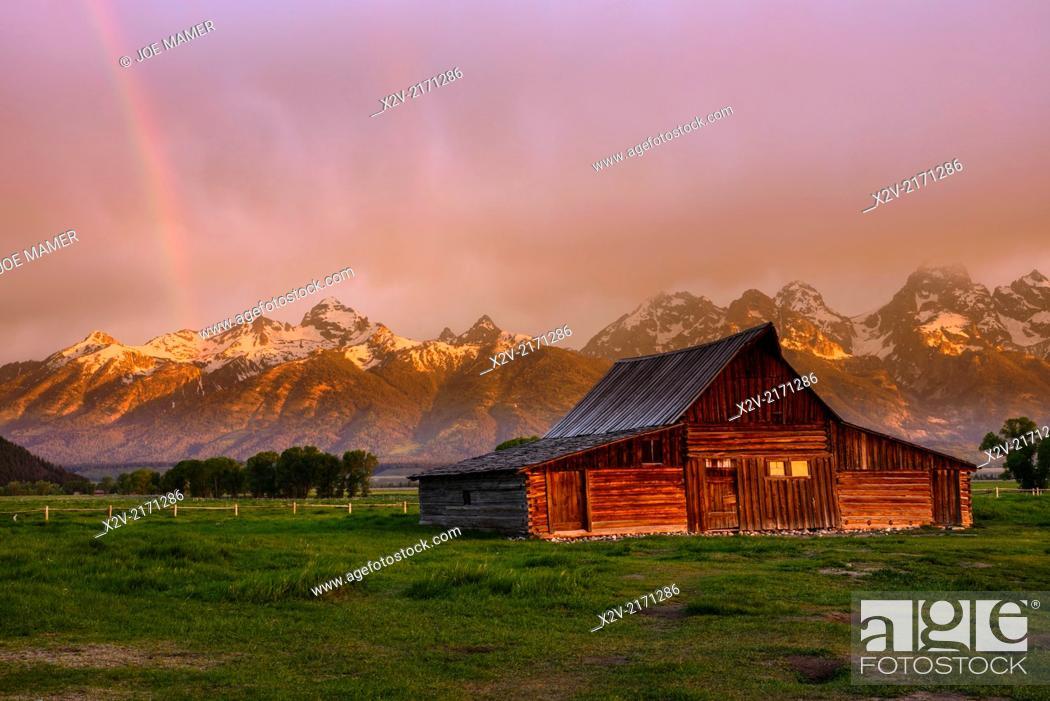 Photo de stock: Moulton Barn at sunrise with rainbow on Mormon Row against the Teton Range Mountains in Grand Teton National Park.