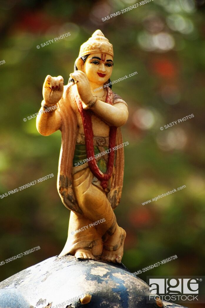 Imagen: Statue of lord Krishna in a garden, Lakshmi Narayan Temple, New Delhi, India.