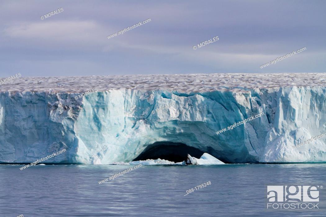 Photo de stock: Norway, Svalbard, Spitsbergen, Nordaustlandet , Brasvell's glacier.
