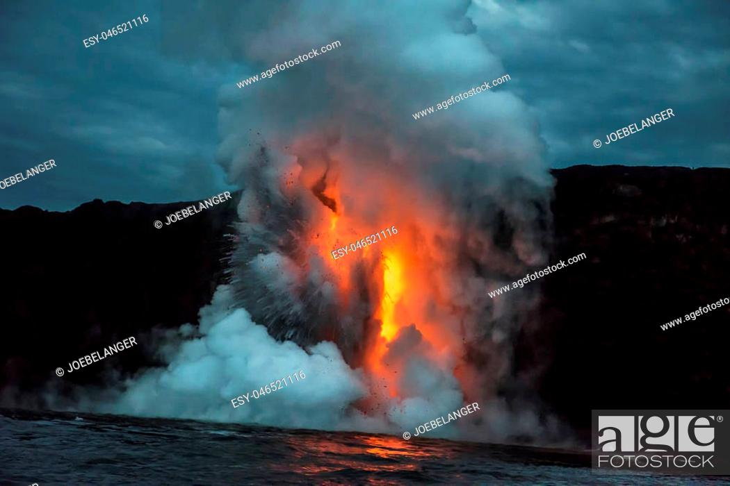 Imagen: A lava flow on the big Island of Hawaii known as the fire hose spews out molten magma from Kilauea Volcano into the ocean.