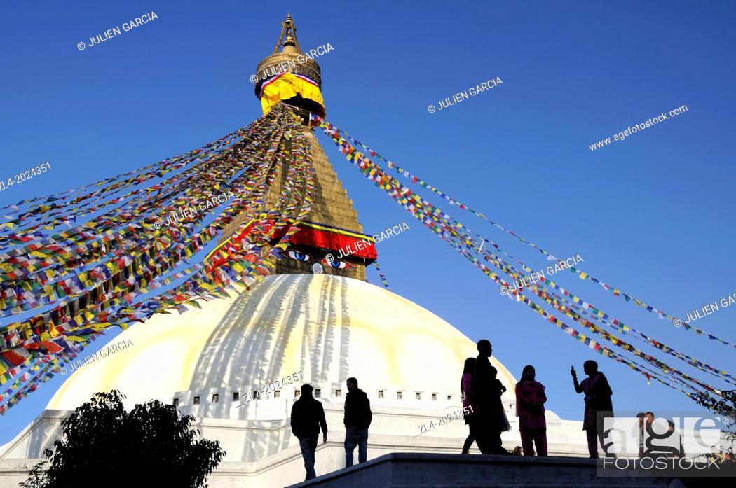 Stock Photo: Silhouettes in front of the Bodnath stupa in Kathmandu. Nepal, Kathmandu, Bodnath.