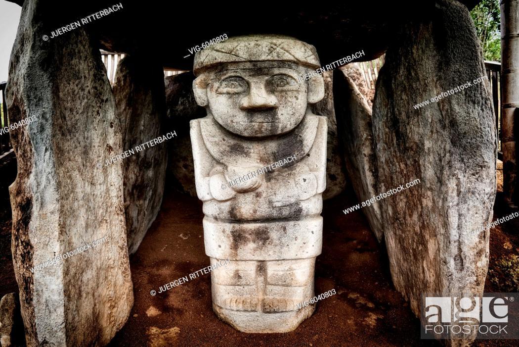 Imagen: stone figures in Parque Arqueologico Alto De Los Idolos, San Jose de Isnos, San Agustin , Colombia, South America - San Jose de Isnos, San Agustin.