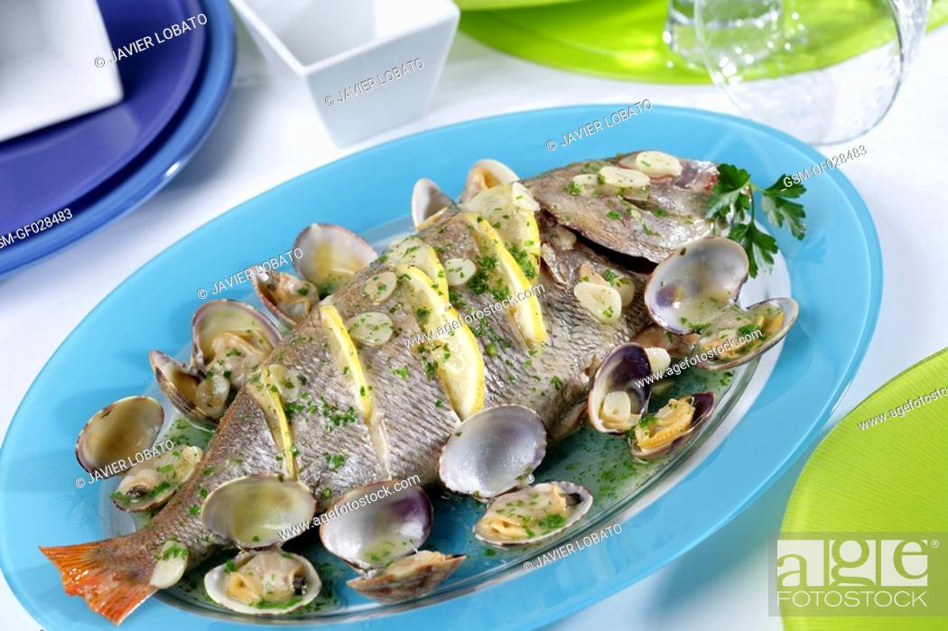 Imagen: Baked sea bream with clams.
