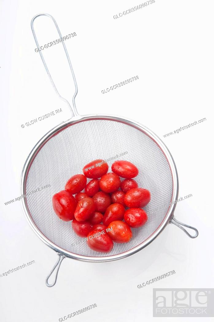 Imagen: Close-up of tomatoes in a sieve.