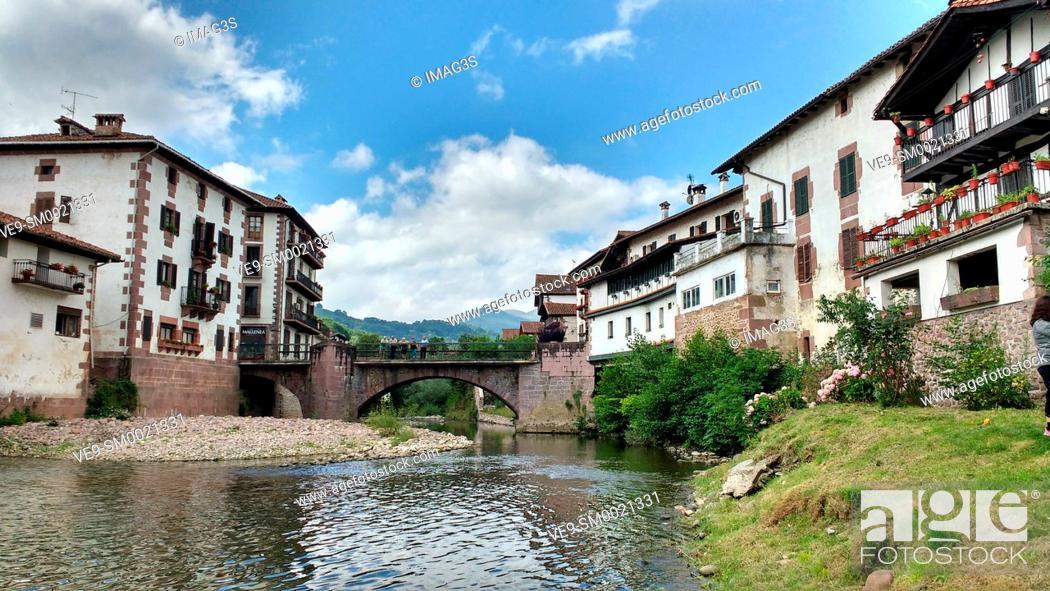 Imagen: Baztan river and Elizondo village, Baztan valley, Navarre, Spain.