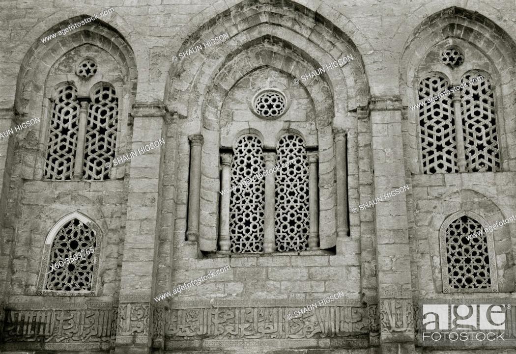 Imagen: Mamluk Complex Madrasa and Mausoleum of Sultan Qalawan in Bein al Qasreen in Islamic Fatimid Cairo in Egypt in North Africa.