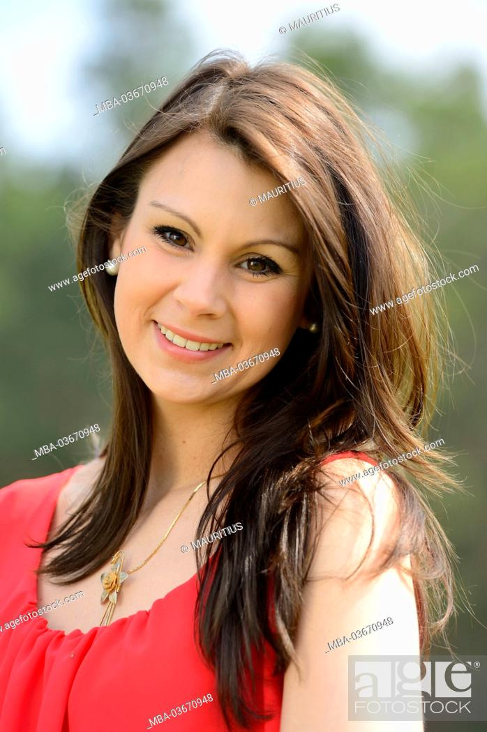Stock Photo: Young woman, portrait, frontal view, eye contact,.