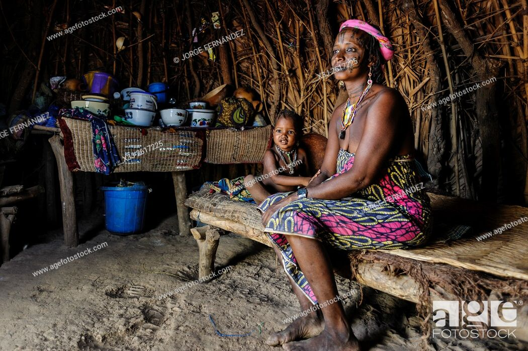 Imagen: Mbororo woman with her child inside her hut .