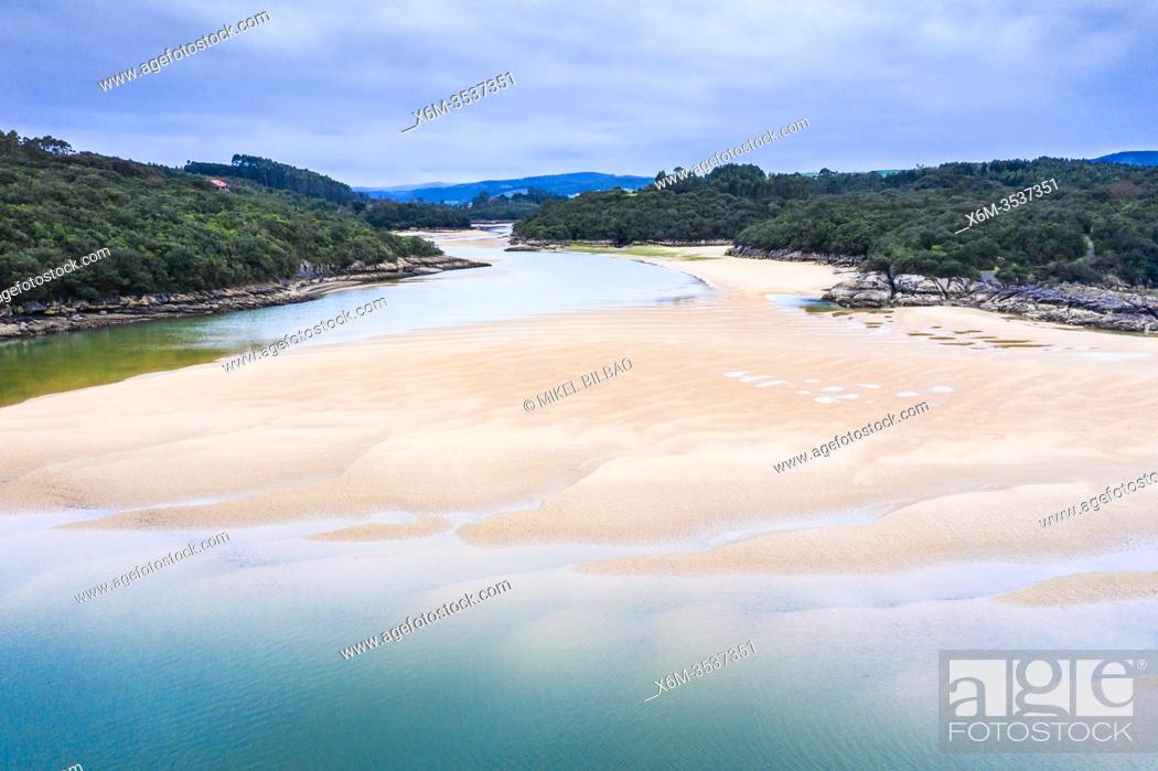 Imagen: Sandy sediments in low tide in a river close to the sea. Isla, Cantabria, Spain, Europe.
