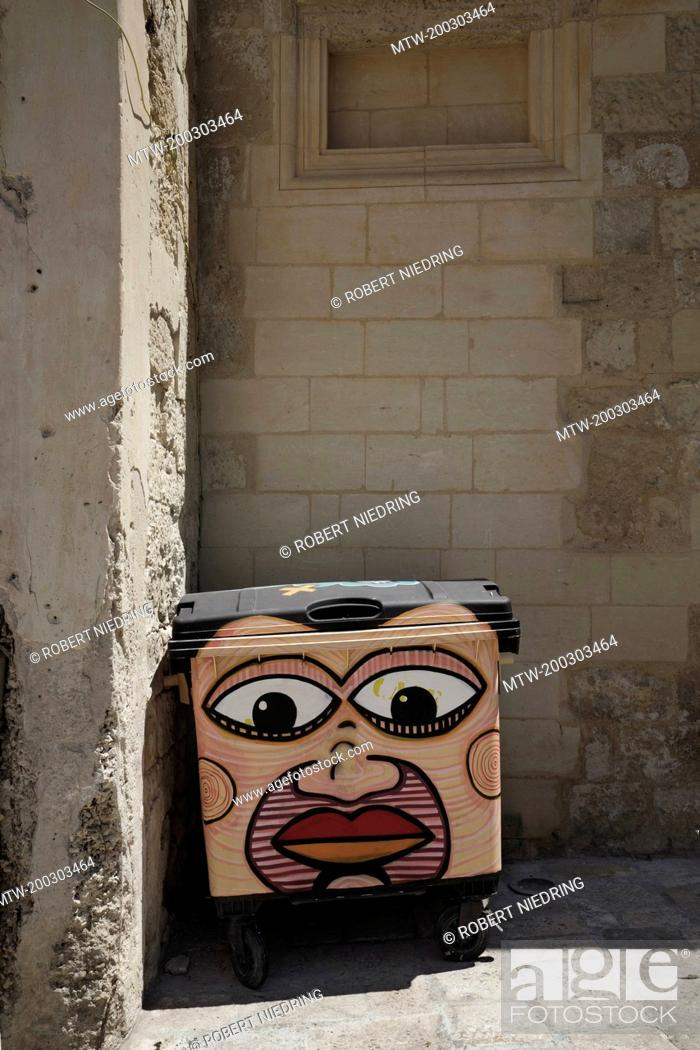 Imagen: Woman face painted on garbage bin, Puglia, Italy.