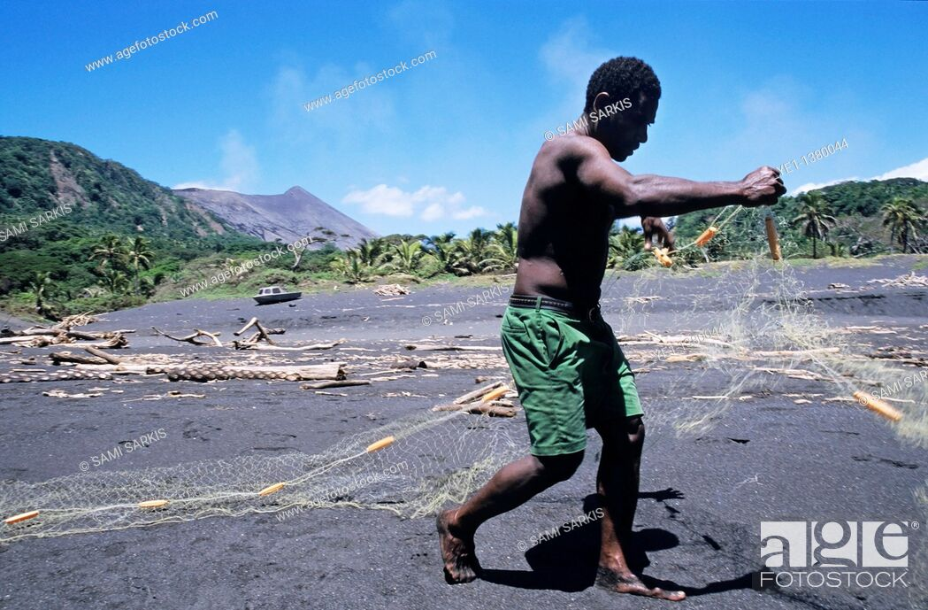 Imagen: Fisherman on a black sand beach preparing his nets, Sulphur Bay Village, Tanna Island, Vanuatu.
