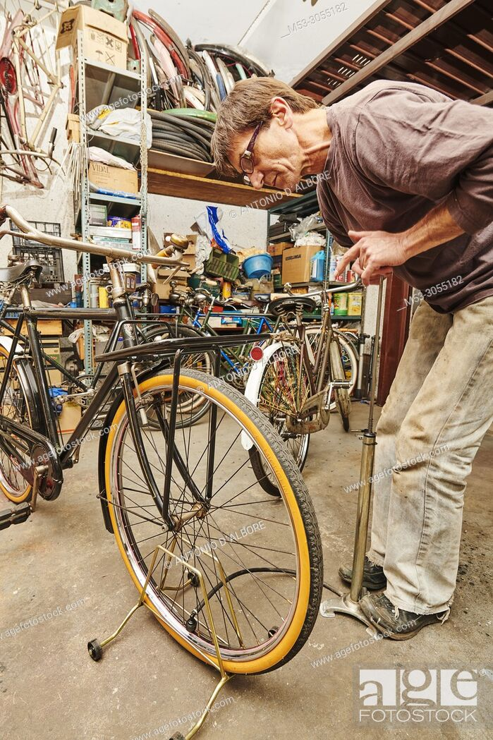 Imagen: A technician restoring a vintage bicycle.