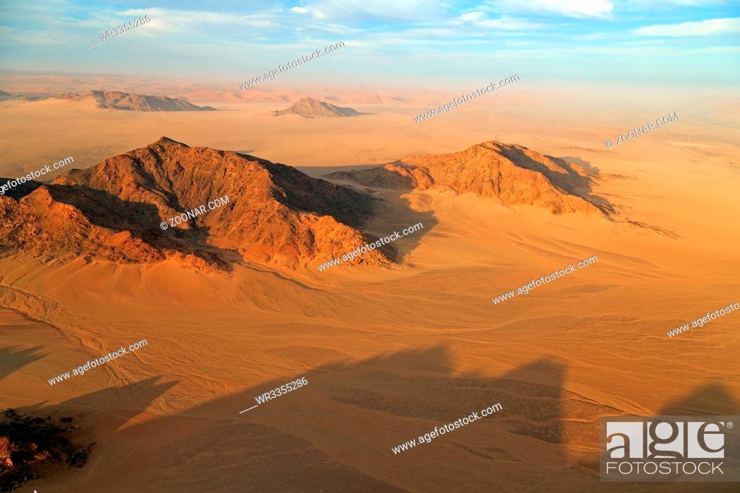 Stock Photo: Fahrt im Heißluftballon über der Namib im Namib-Naukluft Nationalpark in Namibia.