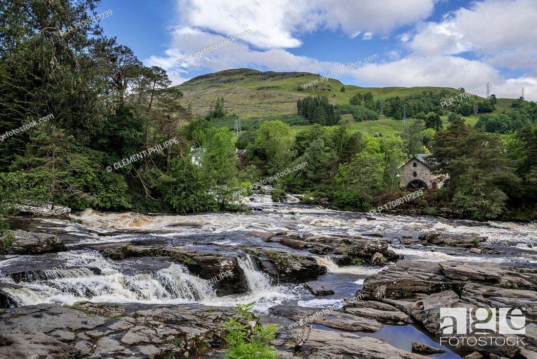 Imagen: Falls of Dochart in the village Killin and the Old Mill / St Fillan's Mill, Loch Lomond & The Trossachs National Park, Stirling, Scotland, UK.