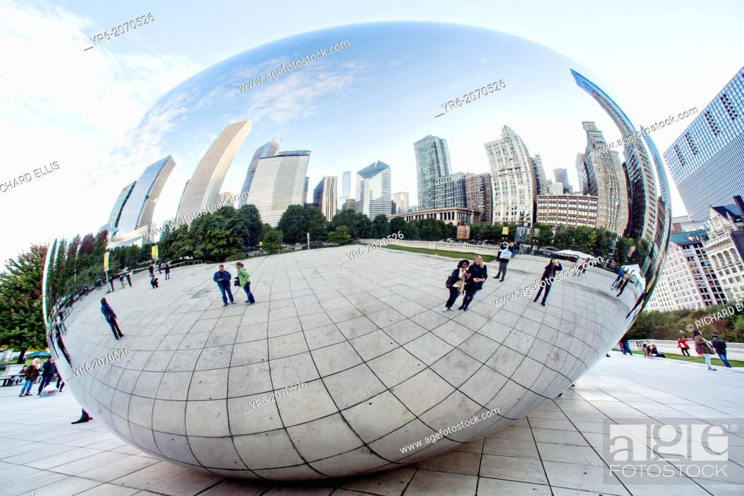 Imagen: Cloud Gate Sculpture or The Bean with downtown skyline reflected in polished surface Millennium Park in Chicago USA.