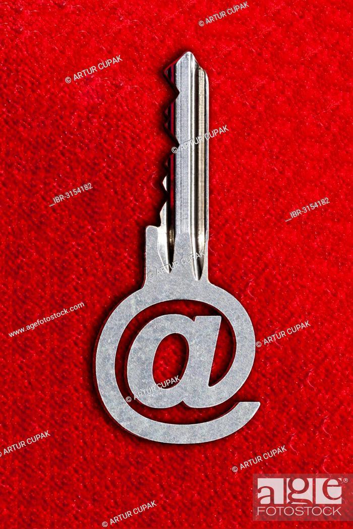 Photo de stock: @ sign key against a red background.