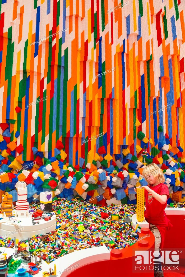 Imagen: Boy building Lego tower in the Red Zone of the Lego House; Billund, Denmark.
