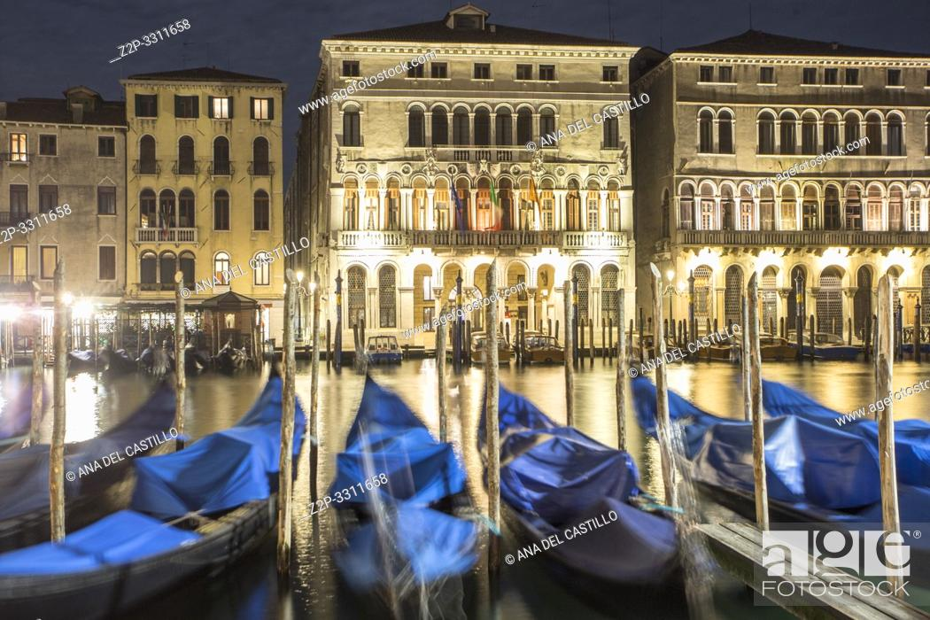 Imagen: Moored gondolas sway with the the movement of the water along the Grand Canal in Venice, Italy.