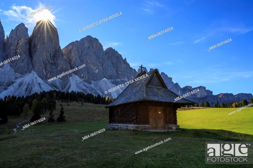 Imagen: The green Glatsch Alm with Odle in background Funes Valley South Tyrol Dolomites Trentino Alto Adige Italy Europe.