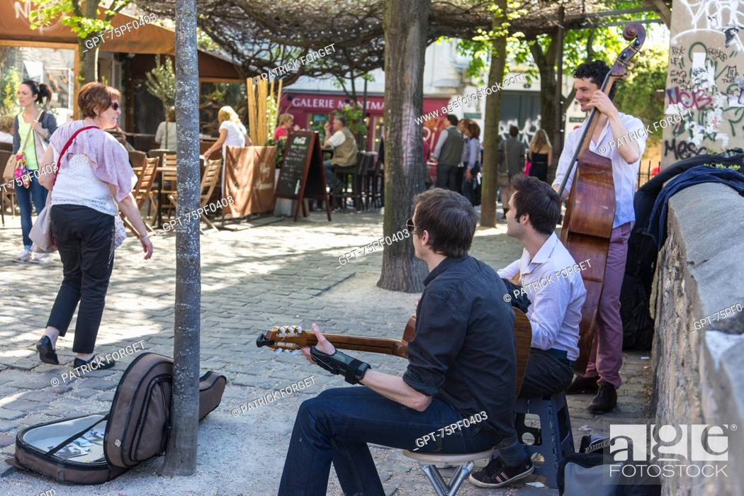 Stock Photo: BAND OF MUSICIANS PLAYING ON RUE POULBOT, BUTTE MONTMARTRE, 18TH ARRONDISSEMENT, PARIS, FRANCE.