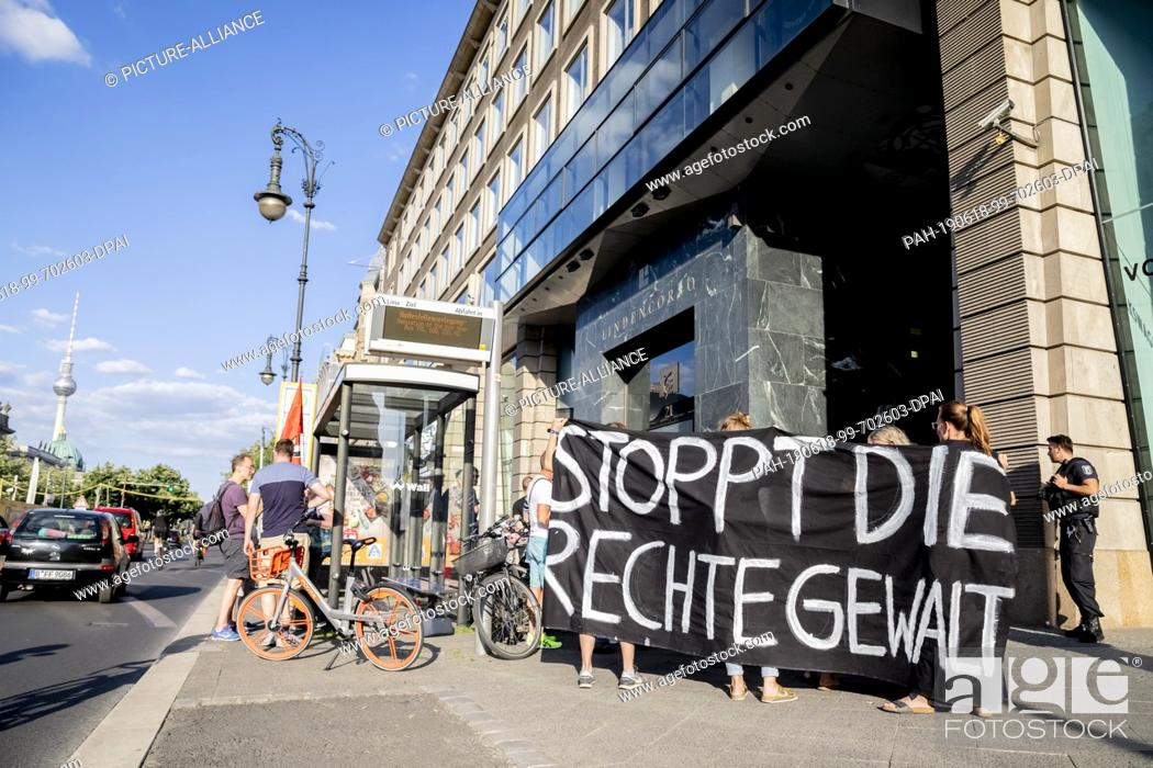 """Imagen: 18 June 2019, Berlin: """"""""Stop right-wing violence"""""""" is written on a banner at a rally against right-wing violence and on the occasion of the murder of the Kassel."""