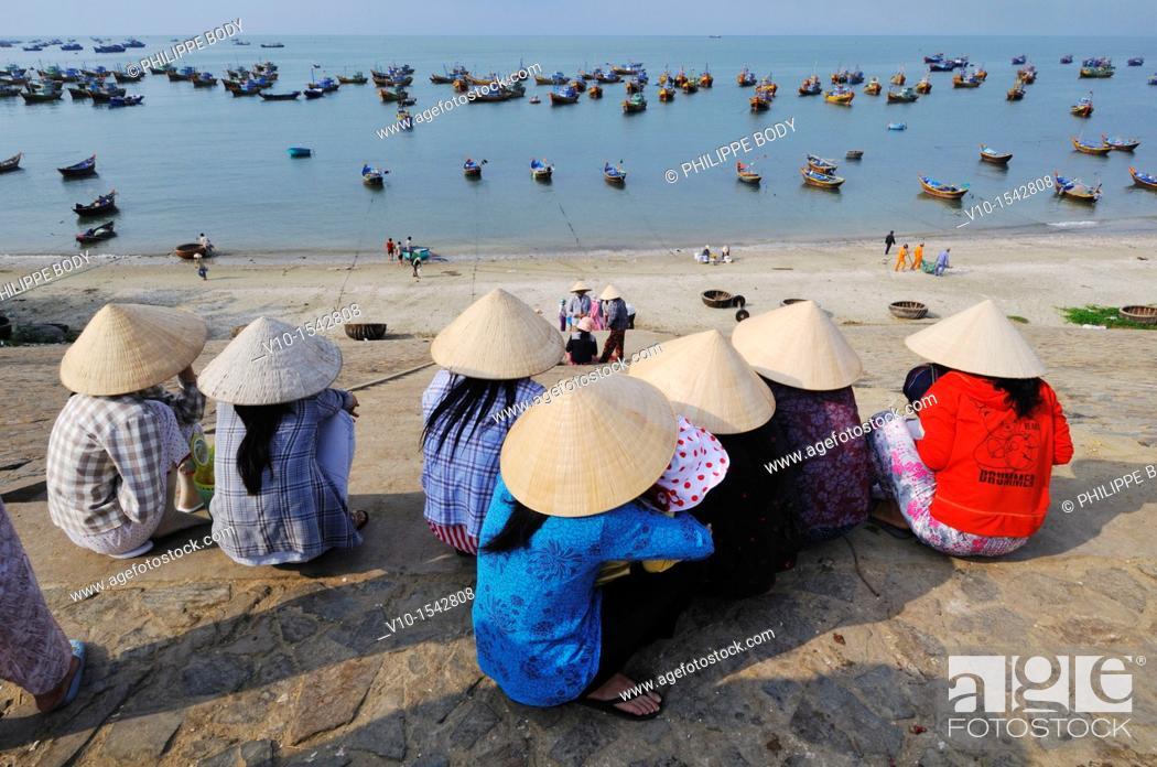 Stock Photo: Vietnam, Mui Ne, fishermen wifes cleaning and sorting fishes.