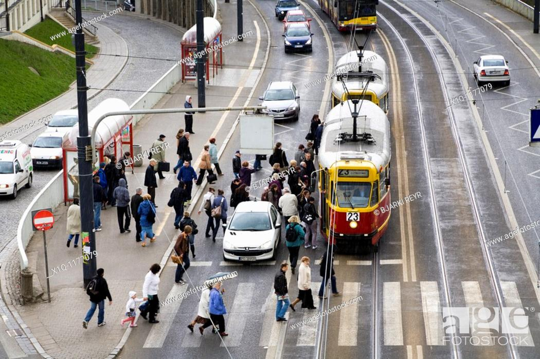 Imagen: Cars, trams and people on Solidarity Avenue Aleja Solidarnosci, one of the main thoroughfares in Warsaw Poland.