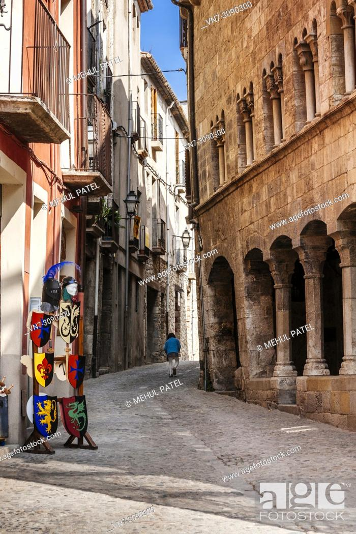 Imagen: Narrow street in the old town of Besalu, Catalonia, Spain, Europe.