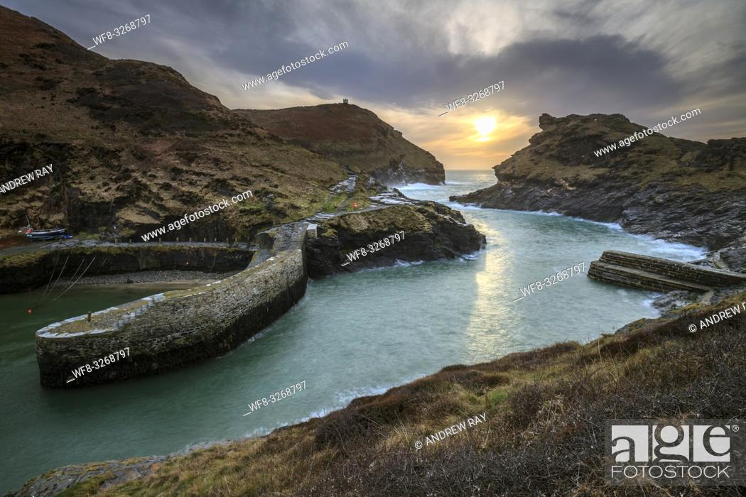 Imagen: The entrance to the harbour at Boscastle, on the north coast of Cornwall. Captured from a high vantage point, at sunset in early March.