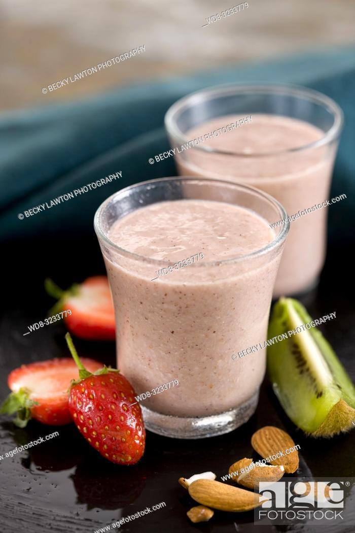 Stock Photo: batido de kiwi, fresa, almendra y leche de soja.
