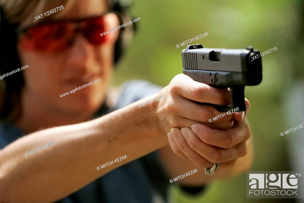 Imagen: Woman Aims Handgun On Shooting Range.