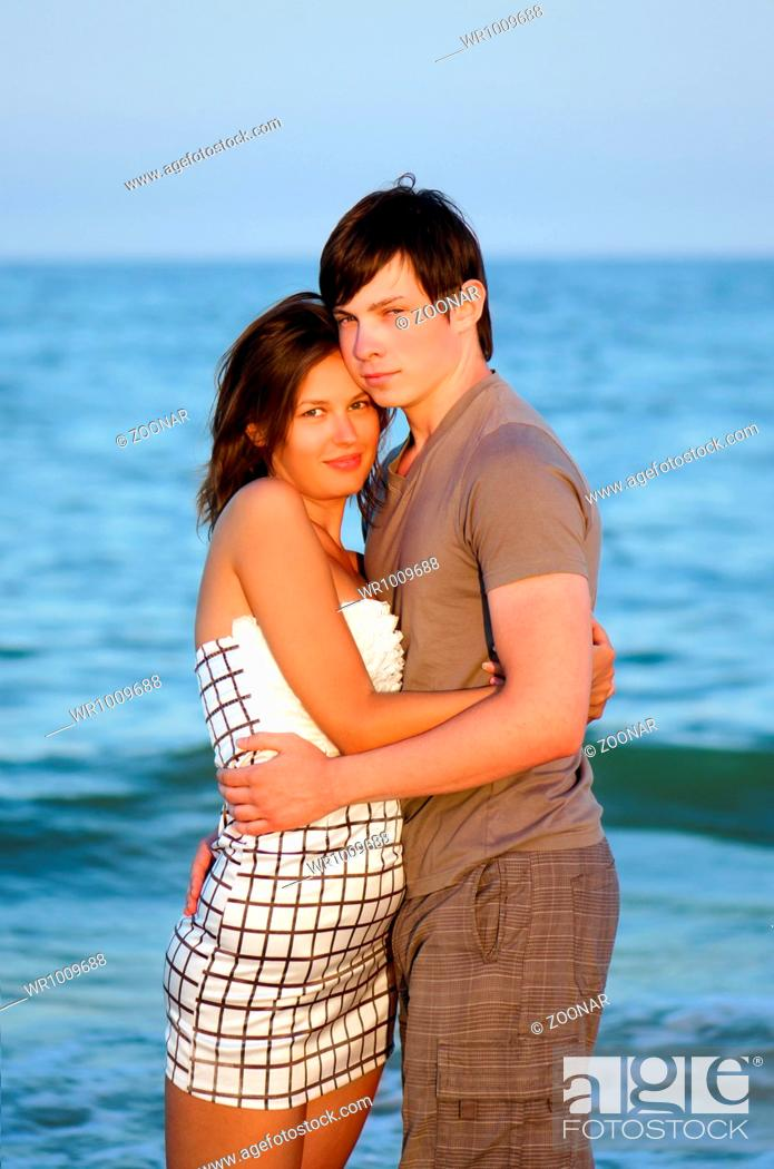 Imagen: happy young couple on the beach.