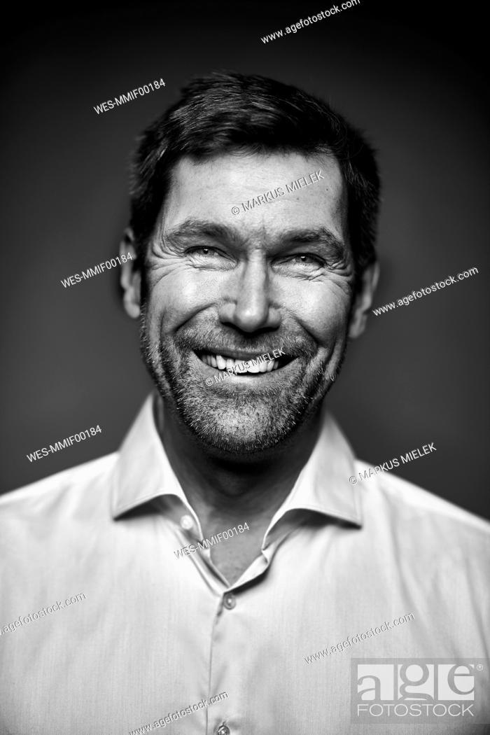 Imagen: Portrait of smiling man, black and white.