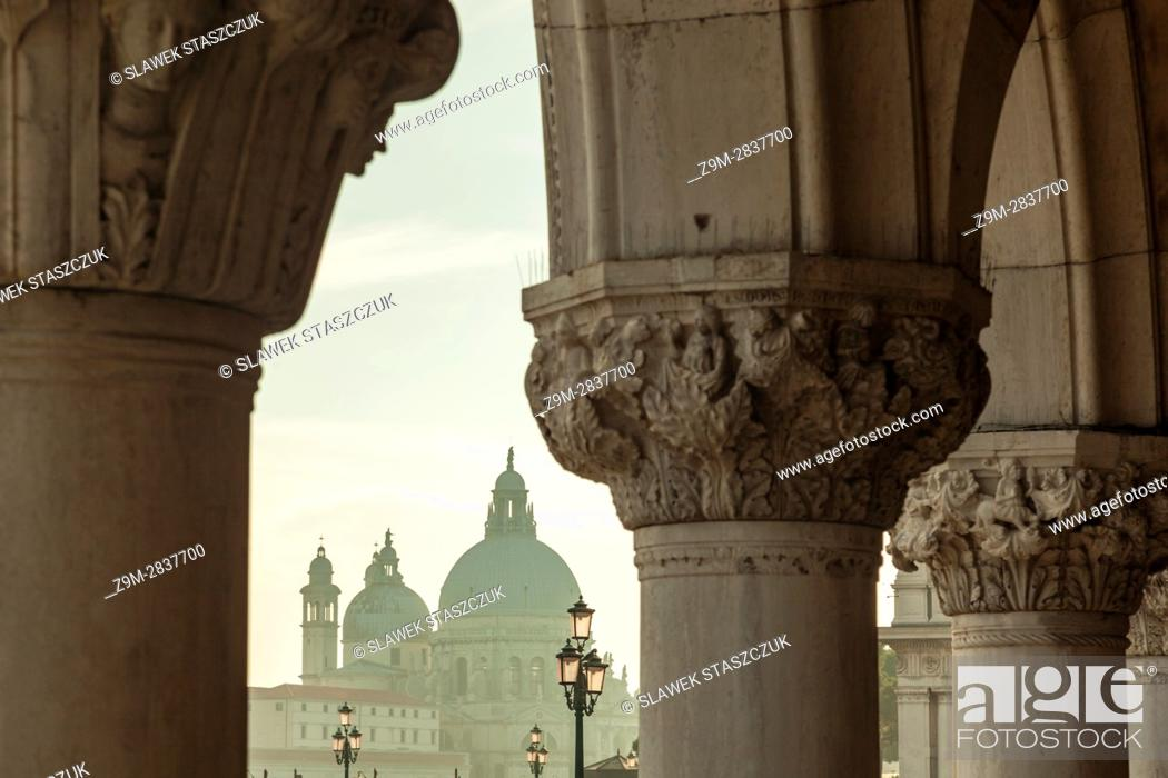 Imagen: Afternoon in the sestier of San Marco, Venice, Italy. Santa Maria della Salute church in the distance.
