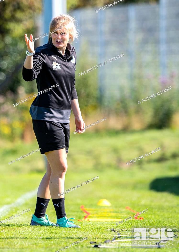 Imagen: 13 July 2020, North Rhine-Westphalia, Lotte: Football, Regionalliga - West: Imke Wübbenhorst, coach of Sportfreunde Lotte gives instructions during her first.