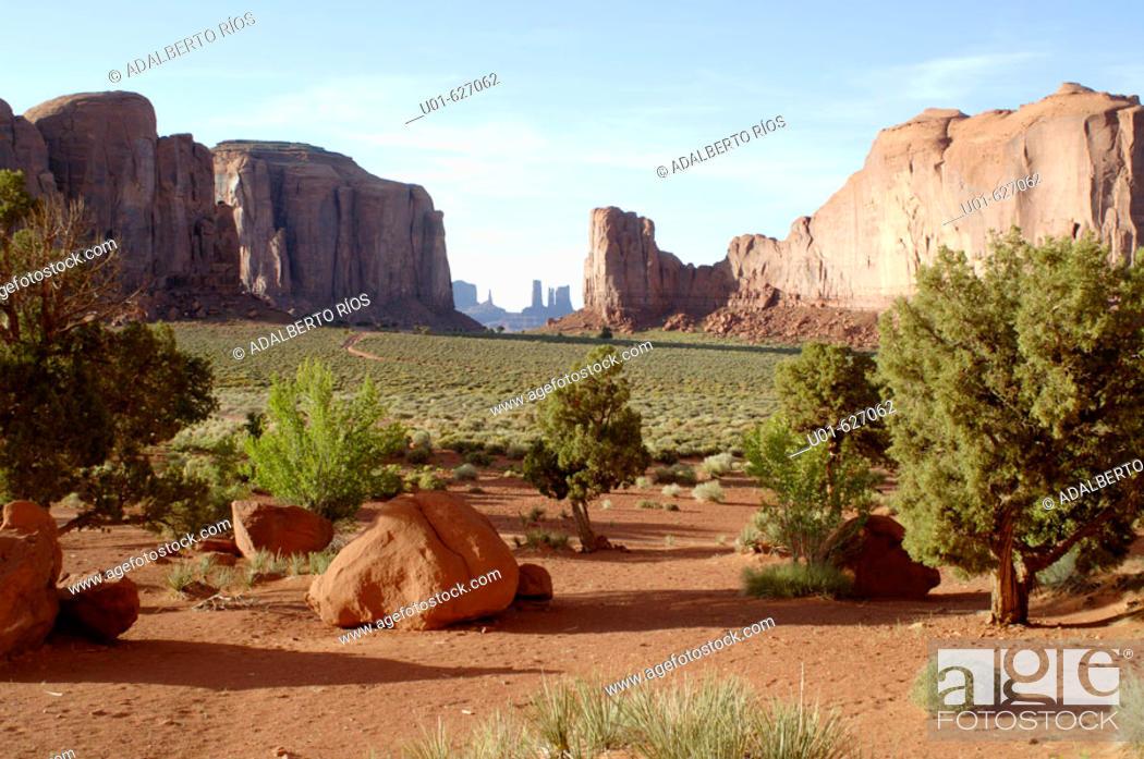 Stock Photo: Monument Valley. Arizona-Utah, USA/ Monument Valley Panorama. El Monument Valley se localiza en los limites de Arizona y Utah y forma parte del territorio de la.