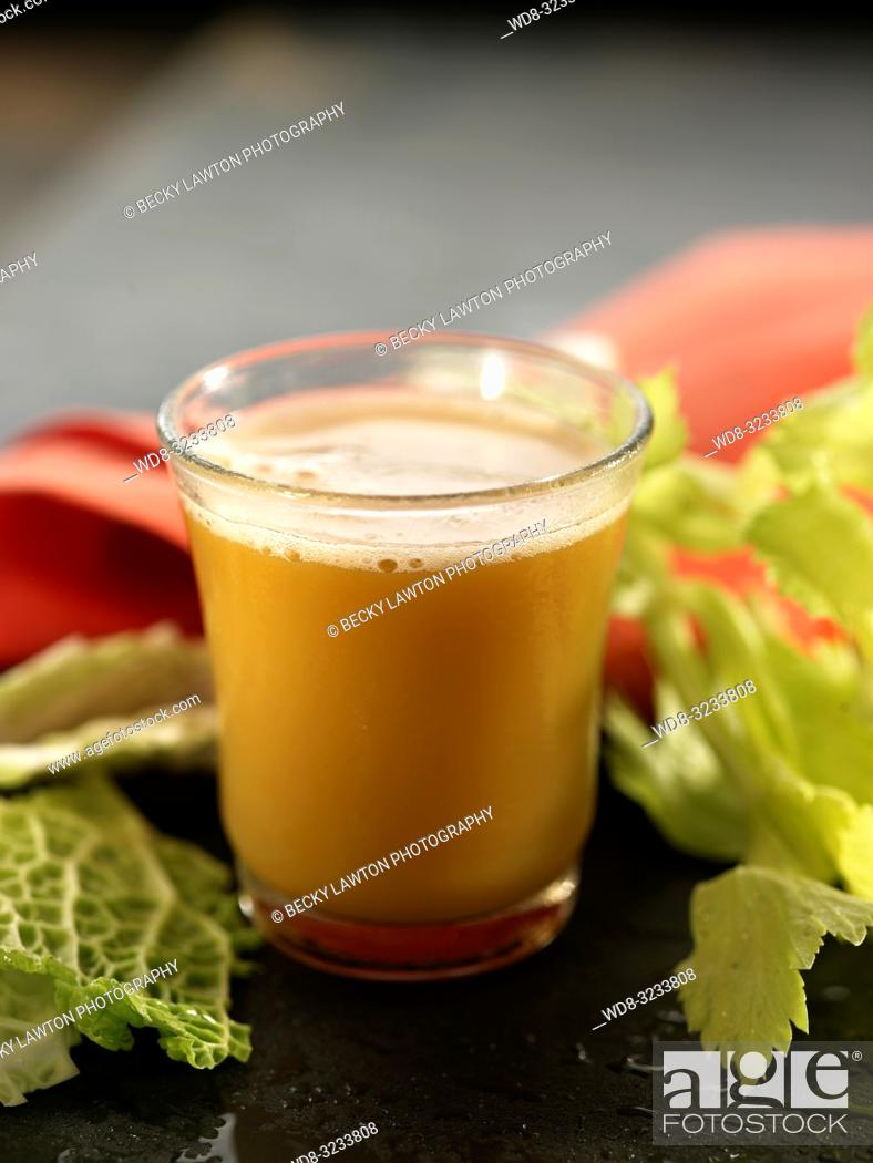 Stock Photo: zumo de col, apio, zanahoria y cilantro. / cabbage, celery, carrot and coriander juice.
