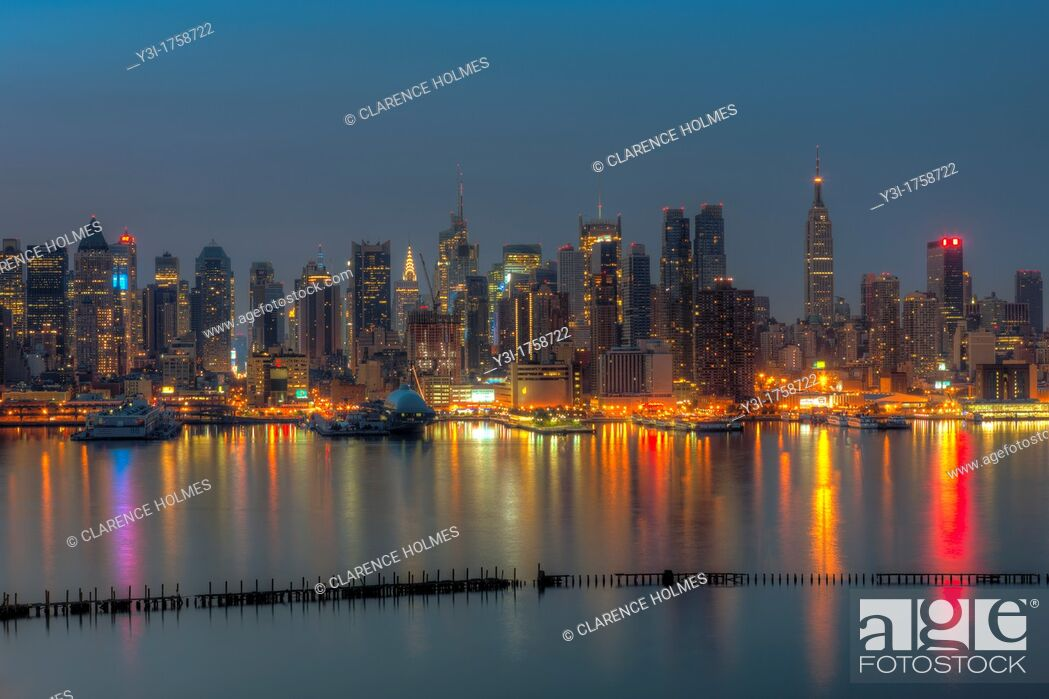 Imagen: The Manhattan skyline in New York City reflects off the surface of the Hudson River during morning twilight as viewed looking east from New Jersey, USA.