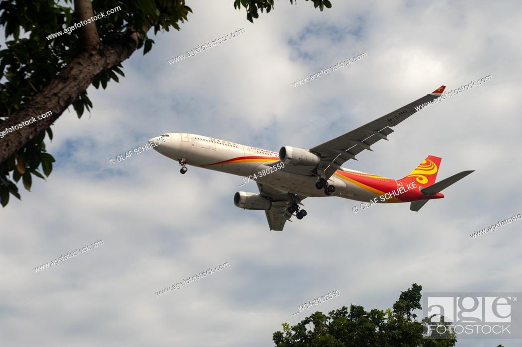 Imagen: Singapore, Republic of Singapore, Asia - A Hong Kong Airlines Airbus A330-343 passenger plane with the registration B-LNO approaches Changi International.