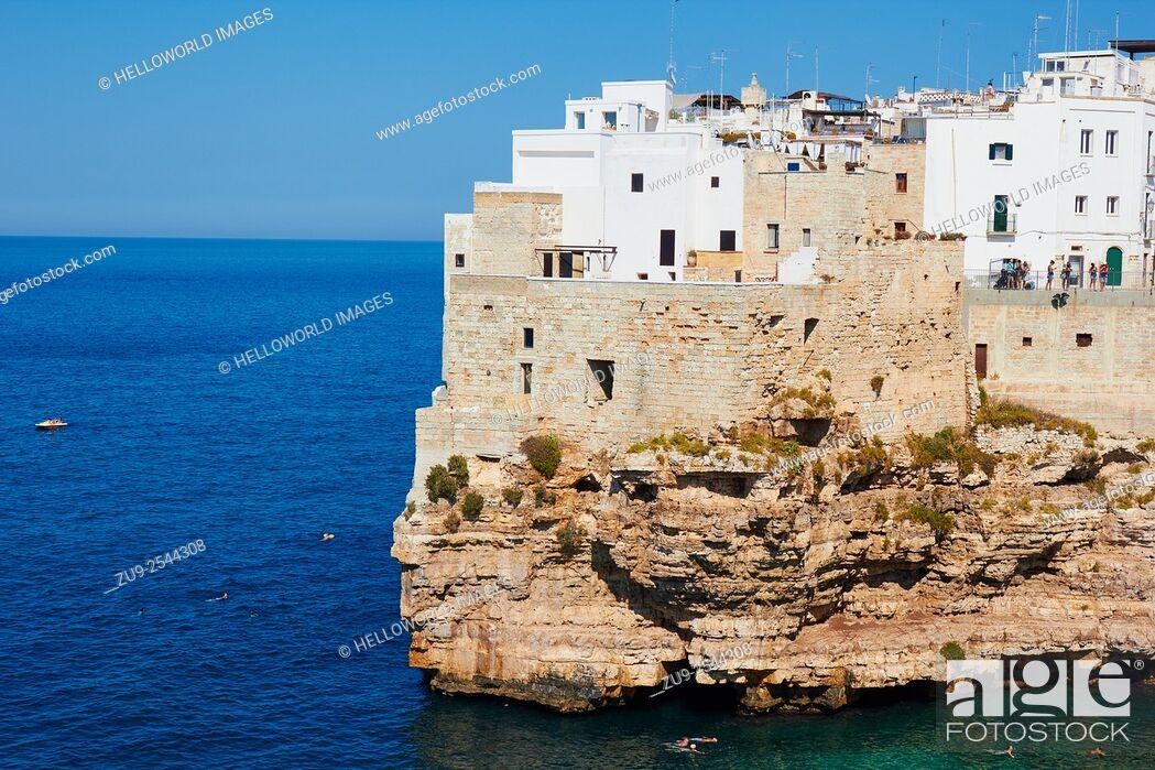 Imagen: Clifftop town of Polignano, Puglia, Italy, Europe.