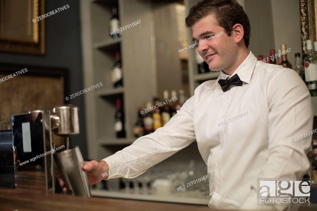Imagen: Barkeeper mixing a drink.