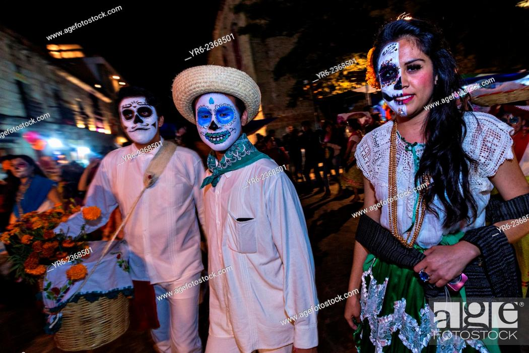 Imagen: Costumed dancers at a Comparsa, or parade during the Day of the Dead Festival known in spanish as D'a de Muertos on October 31, 2014 in Oaxaca, Mexico.