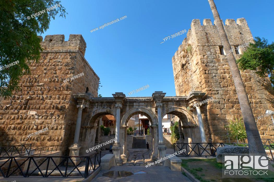 Imagen: Hadrian's gate triumphal arches in Antalya old town, Turkey.
