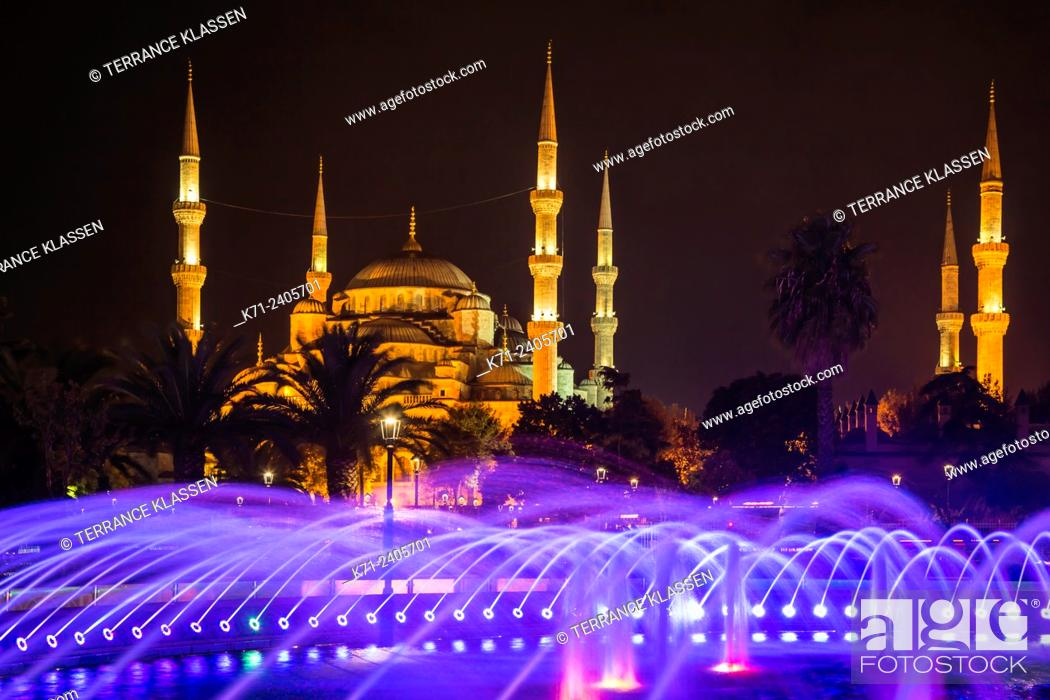 Imagen: Decorative colored water fountains and the Blue Mosque in Sultanahmet, Istanbul, Turkey, Eurasia.