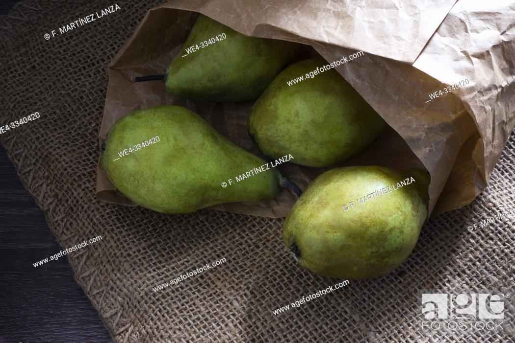 Imagen: Water pears wrapped in paper.