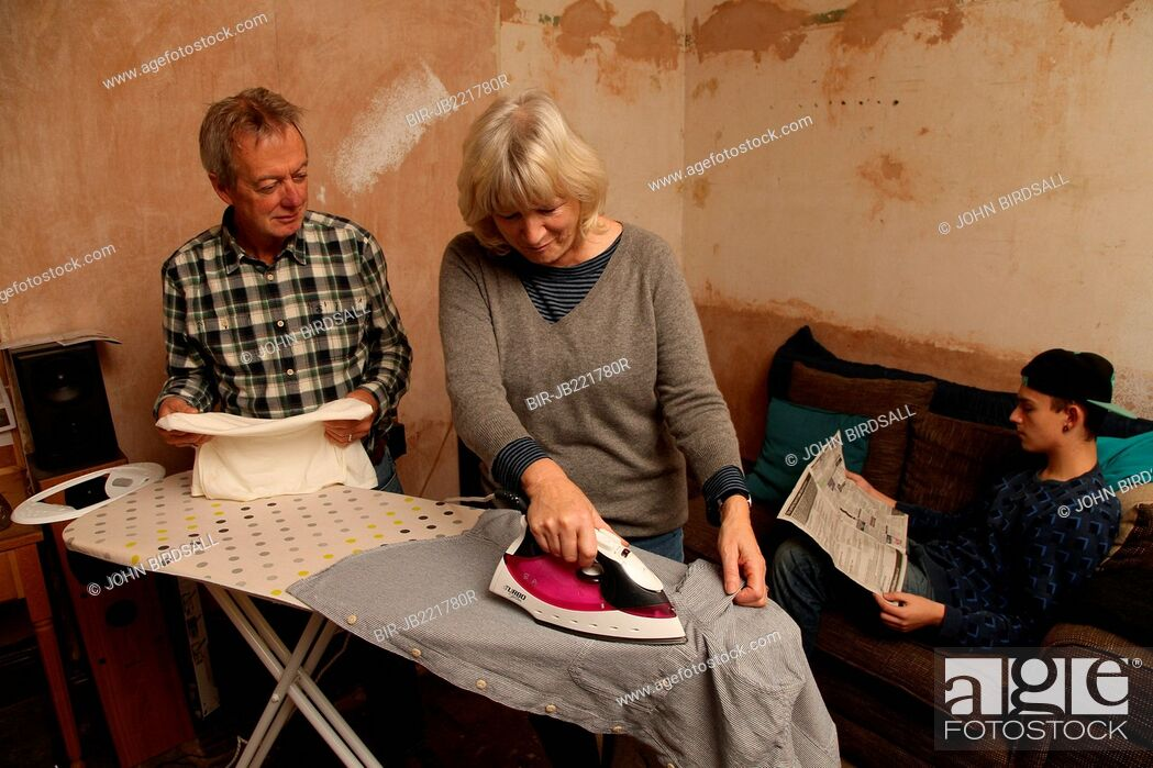 Imagen: Teenager with grandparents and ironing.