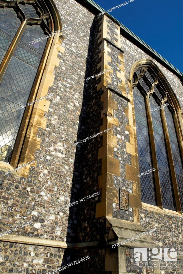 Imagen: A stained glass window on the perpendicular gothic style medieval Church of St Andrew, Norwich, UK.
