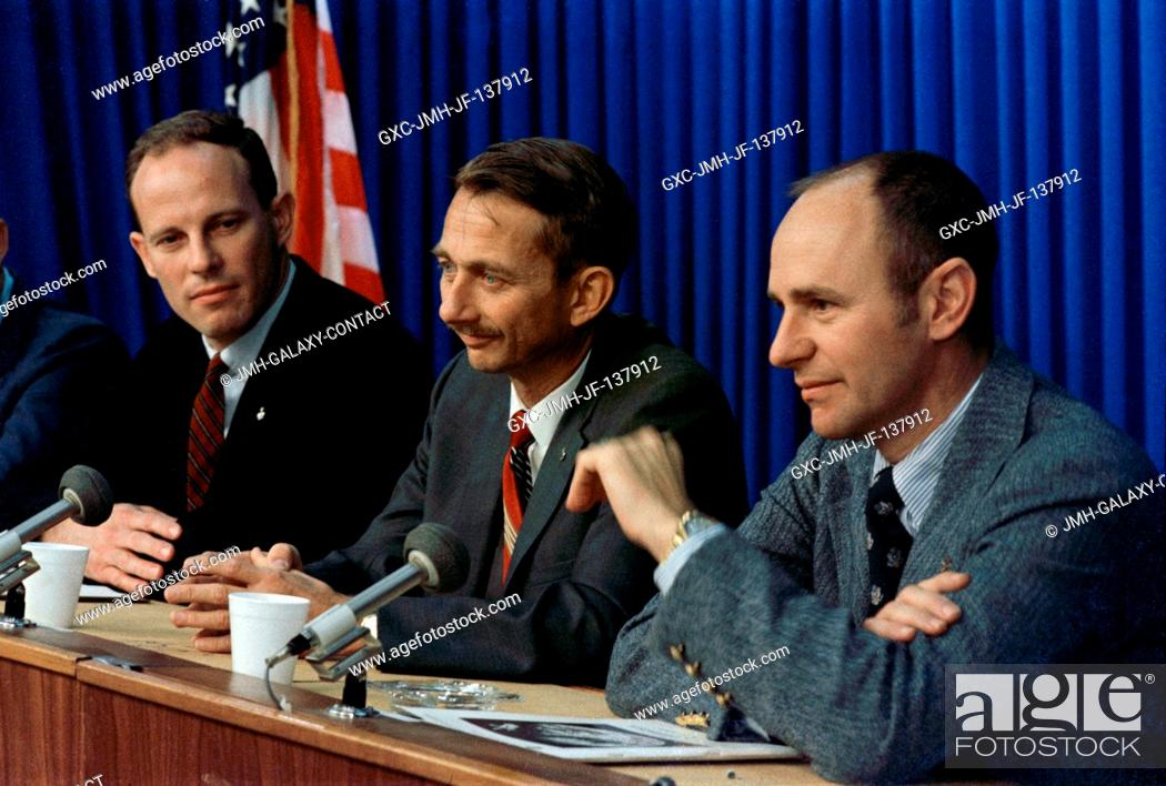 Imagen: Prime crew members of the scheduled second Skylab mission are introduced to the media during a press conference in January 1972 at the Manned Spacecraft Center.