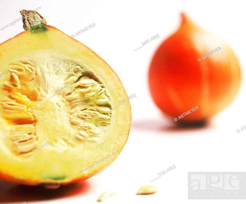 Imagen: Half a and a whole pumpkin.